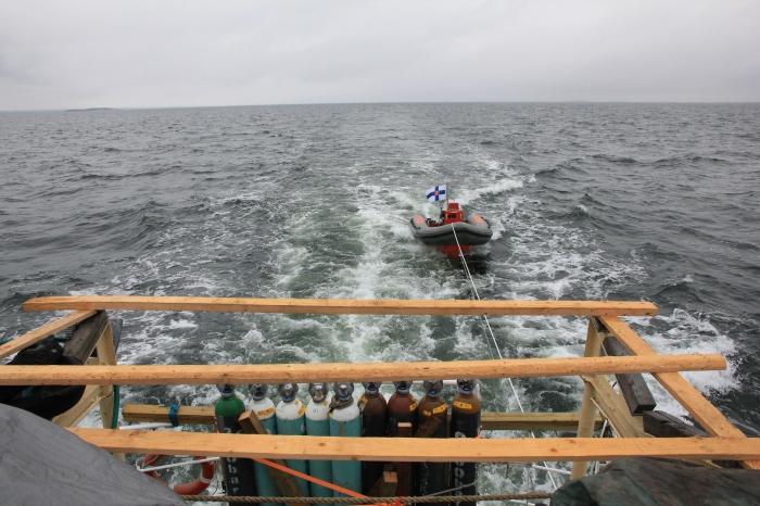 Apuvene Meri 2 ja kaasusäiliöitä